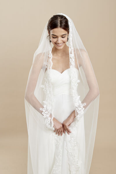 Veil with an embroidered tulle edge