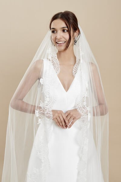 Tulle veil with a delicate lace edge and lace embellishments at the hem