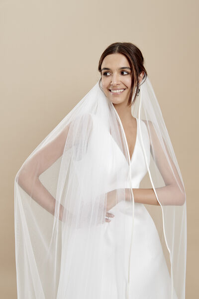 Soft tulle veil with a thin silk organza edge