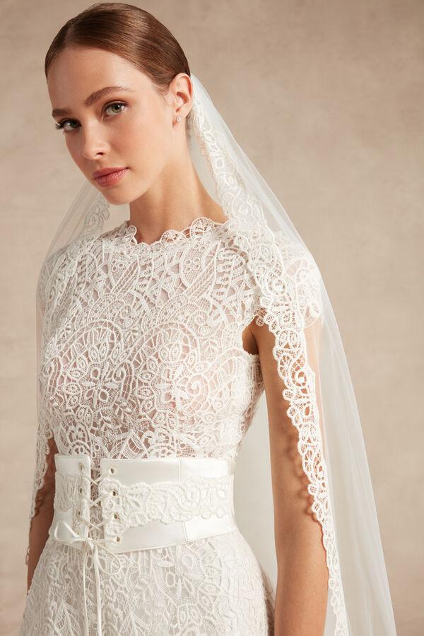 Tulle veil with a macramé lace edge