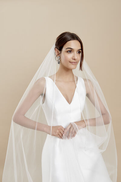 Tulle veil with a thin and radiant embroidered edge