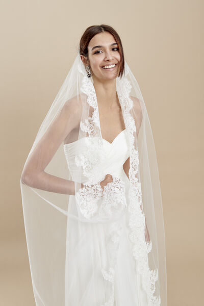 Tulle veil with a rebrodè lace edge