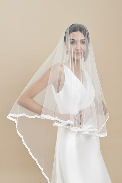 Tulle veil edged with a delicate embroidered hood