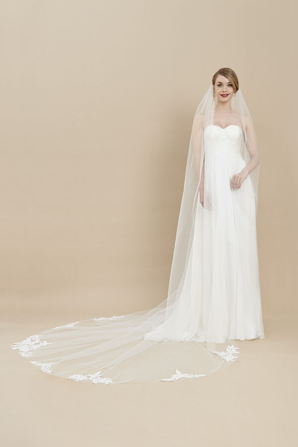 Tulle veil embellished with rebrodè lace motifs