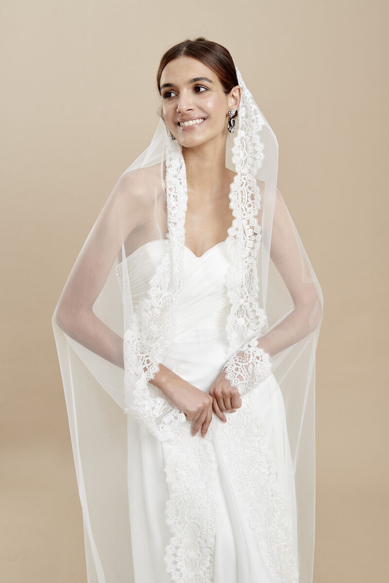 Oval cut tulle veil with a luxurious embroidered edge