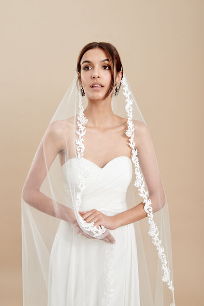 Oval cut tulle veil with macramé effect embroidery